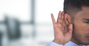 Подрезанное изображение сплетни бизнесмена слушая Стоковая Фотография