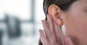 Подрезанное изображение сплетни слуха женщины Стоковое фото RF