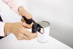 Подрезанное изображение старших консервов отверстия коммерсантки на офисе Стоковые Фотографии RF