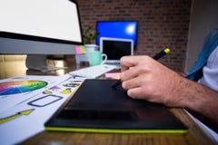 Подрезанное изображение человека используя таблетку графиков Стоковое Изображение RF