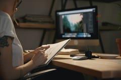 Подрезанное изображение эскизов чертежа молодой женщины дизайнерских Стоковые Изображения