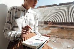 Подрезанное изображение эскизов чертежа художника молодой женщины Стоковое фото RF