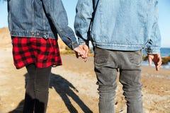 Подрезанное фото африканских любящих пар идя outdoors Стоковые Фото
