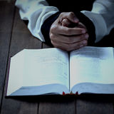 Подрезанные руки женщины библией Стоковое Фото