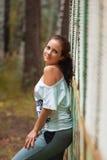 Подрезанный взгляд красивой молодой женщины идя в лес Стоковые Изображения