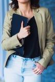 Подрезанный взгляд съемки студента держа компьтер-книжку Стоковое Изображение