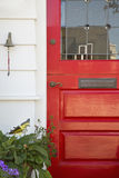 Подрезанный красный парадный вход дома Стоковые Изображения