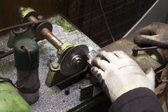 Подрезая сделанные детали на мастерской резца стоковое фото rf