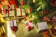 Под рождественской елкой стоковое фото rf