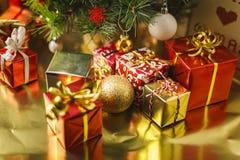 Под рождественской елкой стоковые фото