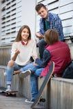 3 подростка вися вне outdoors Стоковые Изображения