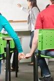 2 подростка в руках владением влюбленности Стоковые Фото