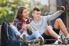 2 подростка делая selfie совместно Стоковая Фотография RF