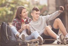 2 подростка делая selfie совместно Стоковые Изображения RF