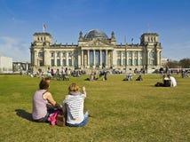 2 подростка приближает к parlament, Берлину, Reichstag, туристу Стоковое фото RF
