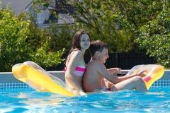 2 подростка плавая в бассейне Стоковые Фото