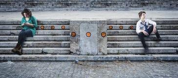 2 подростка сидя на лестницах Стоковое Изображение