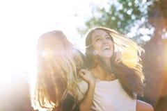 2 подростка смеясь над на парке Стоковое фото RF