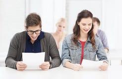 2 подростка смотря результаты испытания или экзамена Стоковое Фото
