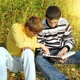 2 подростка с книгой Стоковое Изображение