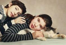 Подростки брата и сестры с котом Стоковая Фотография
