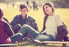 Подростки вися вне outdoors и обсуждая что-то Стоковые Изображения