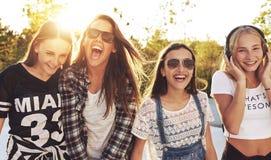 подростки группы смеясь над стоковое изображение rf
