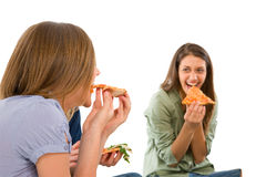 Подростки есть пиццу Стоковое Изображение RF