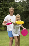 Подростки играют покрашенную игру диска Стоковое Фото