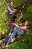 Подростки имеют потеху в парке, играющ гитару, поя сыну Стоковые Изображения RF