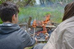 Подростки наслаждаясь барбекю outdoors Стоковые Изображения RF