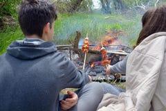 Подростки наслаждаясь барбекю outdoors Стоковое фото RF