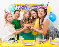 Подростки на вечеринке по случаю дня рождения Стоковые Изображения