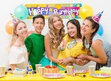 Подростки на вечеринке по случаю дня рождения Стоковая Фотография