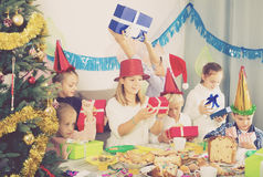 Подростки обменивая подарки рождества Стоковое Фото