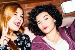Подростки принимая смешные автоматические портреты. Стоковое Изображение RF