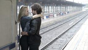 Подростки соединяют воссоединяют объятие и целовать на железнодорожном вокзале акции видеоматериалы