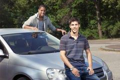 Подростки с автомобилем стоковые фотографии rf