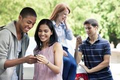 Подростки с мобильными телефонами стоковые изображения rf