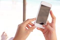 Подростки с мобильным телефоном Стоковая Фотография