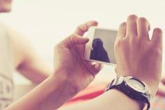 Подростки с мобильным телефоном Стоковые Фото