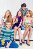 Подростки с напитками стоковые изображения