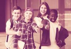 Подростки с папками и рюкзаками Стоковая Фотография RF