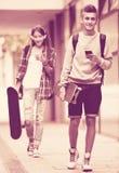 Подростки с скейтбордами outdoors Стоковые Фото