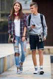 Подростки с скейтбордами outdoors Стоковые Изображения