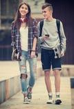 Подростки с скейтбордами outdoors Стоковая Фотография RF