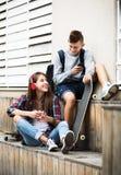 Подростки с smarthphones Стоковые Изображения