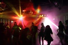 подростки танцы молодые Стоковая Фотография