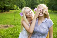 подростки 2 крупного плана обнимая счастливые милые Стоковые Изображения RF