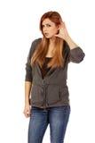 Подростковая женщина подслушивает переговор Стоковая Фотография